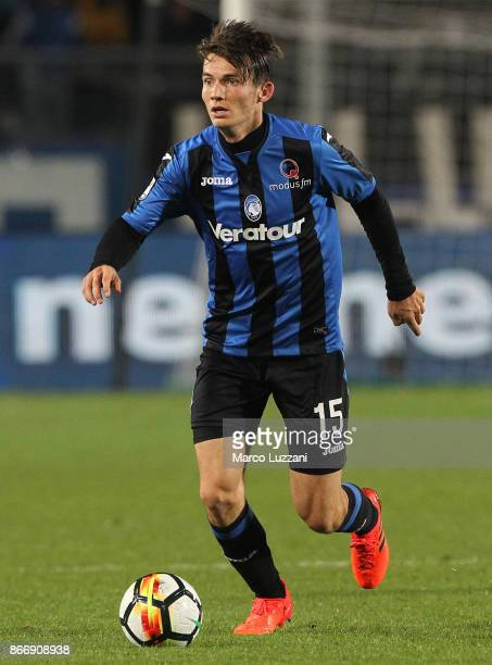 Marten De Roon of Atalanta BC in action during the Serie A match between Atalanta BC and Hellas Verona FC at Stadio Atleti Azzurri d'Italia on...