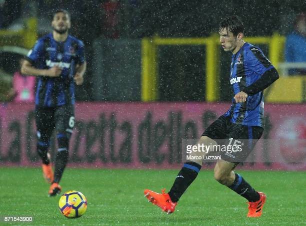 Marten De Roon of Atalanta BC in action during the Serie A match between Atalanta BC and Spal at Stadio Atleti Azzurri d'Italia on November 5 2017 in...