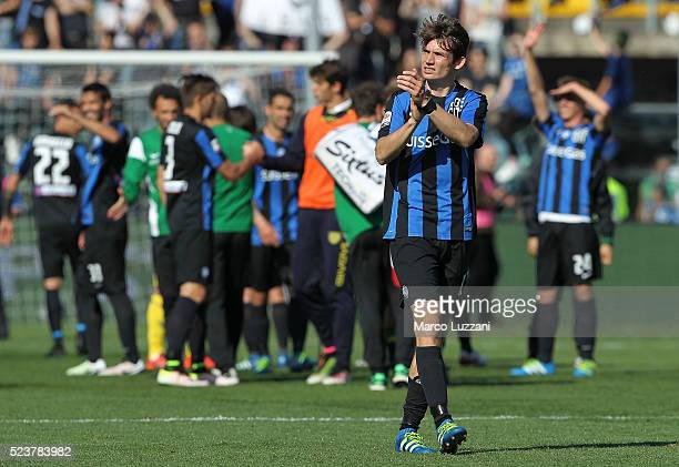 Marten De Roon of Atalanta BC salutes the crowd at the end of the Serie A match between Atalanta BC and AC Chievo Verona at Stadio Atleti Azzurri...
