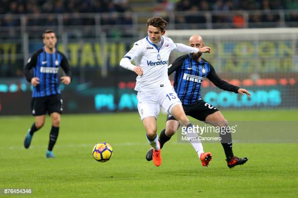 Marten De Roon of Atalanta Bergamasca Calcio in action during the Serie A match between FC Internazionale and Atalanta Bergamasca Calcio Fc...
