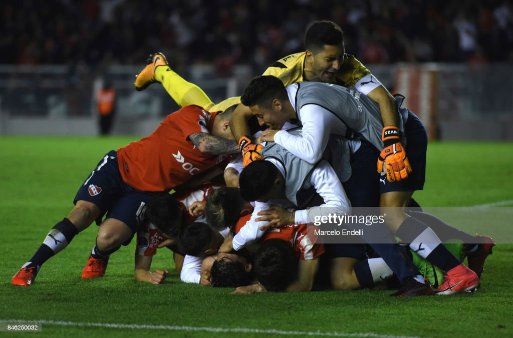Martin Benitez of Independiente celebrates with teammates after scoring the second goal of his team during a second leg match between Independiente and Atletico Tucuman as part of round of 16 of Copa CONMEBOL Sudamericana 2017 at Libertadores de America Stadium on September 12, 2017 in Avellaneda, Argentina.