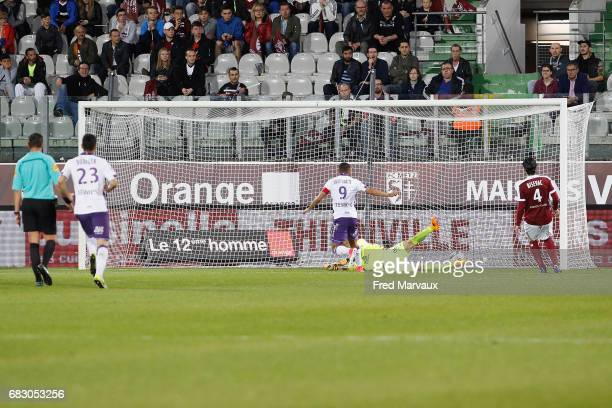 Martin Braithwaite of Toulouse scores a goal during the Ligue 1 match between FC Metz and Toulouse FC at Stade SaintSymphorien on May 14 2017 in Metz...