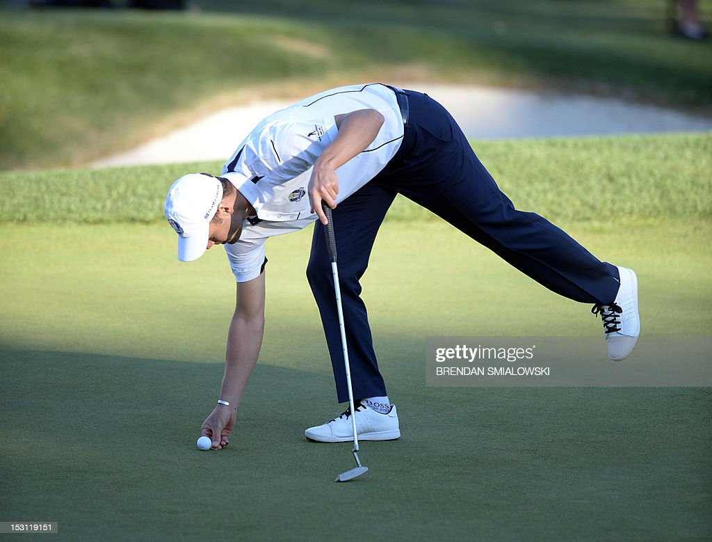 martin kaymer of germany marks his ball after a missed putt on the
