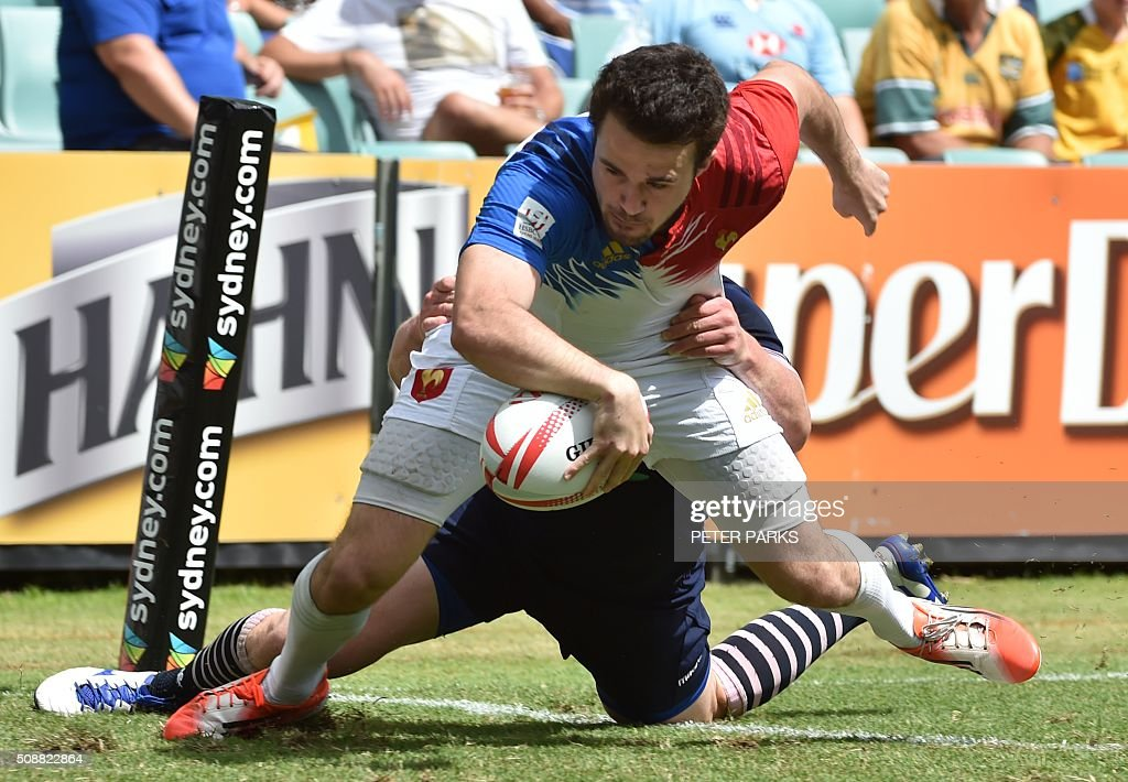 Martin Laveau of France (C) scores a try as James Johnstone of Scotland (behind) tries to tackle him during their Bowl quarter-final game at the Sydney Sevens rugby union tournament in Sydney on February 7, 2016. AFP PHOTO / Peter PARKS PARKS
