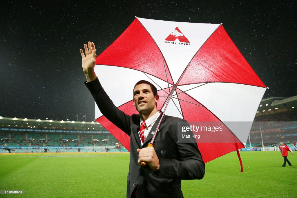 Martin Mattner of the Swans acknowledges the crowd after retiring from AFL prior to the round 14 AFL match between the Sydney Swans and the Carlton Blues at SCG on June 28, 2013 in Sydney, Australia.
