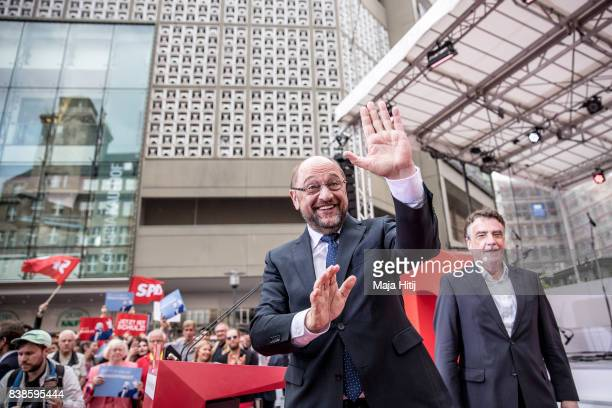 Martin Schulz chancellor candidate of the German Social Democrats greets voters at a 'Martin Schulz live' election campaign stop on August 24 2017 in...