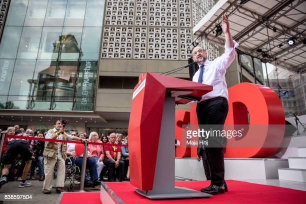 Martin Schulz chancellor candidate of the German Social Democrats speaks to the voters at a 'Martin Schulz live' election campaign stop on August 24...