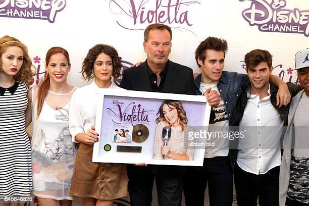 """Martina Alejandra Stoessel Muzlera erhält von Andreas Maaß eine goldene Schallplatte für den Verkauf von 185000 'Violetta""""CDs mit der sie in der..."""