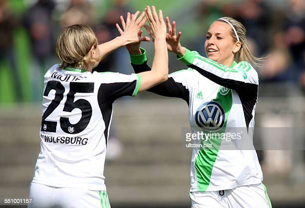Martina Mueller Müller Lena Goessling Goeßling Jubel Freude Emotion VfL Wolfsburg Bundesliga DFB Sport Fußball Fussball Stadion am Elsterweg...