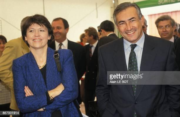 Martine Aubry ministre du Travail et Dominique StraussKahn ministre de l'Industrie et du Commerce exterieur visitent une entreprise de modelage a...