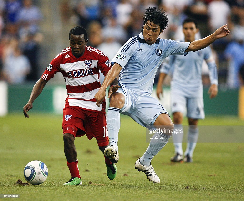 Marvin Chavez of FC Dallas #18 and <a gi-track='captionPersonalityLinkClicked' href=/galleries/search?phrase=Roger+Espinoza&family=editorial&specificpeople=4824201 ng-click='$event.stopPropagation()'>Roger Espinoza</a> #15 of Sporting KC compete for the ball in the first half at Livestrong Sporting Park on August 27, 2011 in Kansas City, Kansas.
