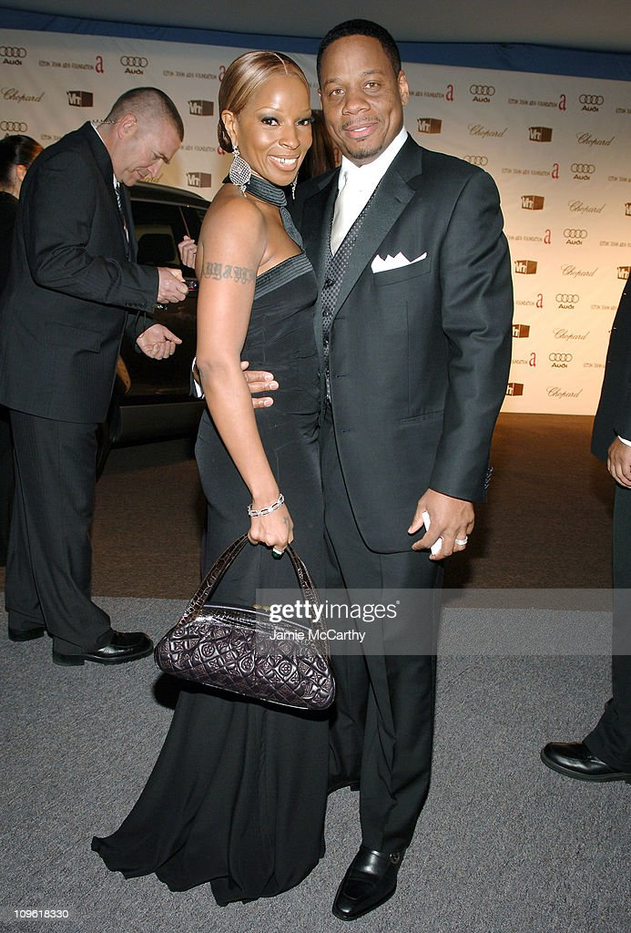 <a gi-track='captionPersonalityLinkClicked' href=/galleries/search?phrase=Mary+J.+Blige&family=editorial&specificpeople=171124 ng-click='$event.stopPropagation()'>Mary J. Blige</a> wearing Chopard and <a gi-track='captionPersonalityLinkClicked' href=/galleries/search?phrase=Kendu+Isaacs&family=editorial&specificpeople=841121 ng-click='$event.stopPropagation()'>Kendu Isaacs</a> during 14th Annual Elton John AIDS Foundation Oscar Party Co-hosted by Audi, Chopard and VH1 - Red Carpet at Pacific Design Center in Hollywood, California, United States.