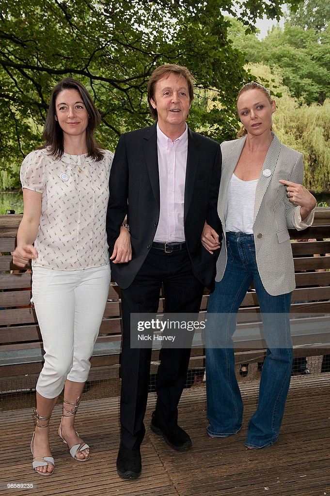 LONDON ENGLAND JUNE 15 Mary McCartney Paul McCartney and Stella McCartney pose for the media as The McCartney Family Launches Ã«Meat Free Monday' at...