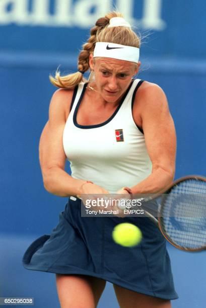Mary Pierce in action against Natalia Medvedeva