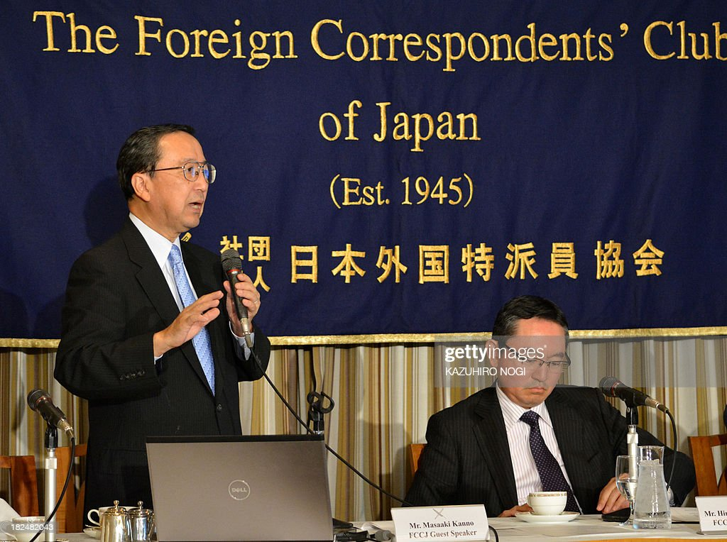Masaaki Kanno (L), chief economist of JP Morgan Securities Japan, speaks during a press conference at the Foreign Correspondents' Club of Japan in Tokyo on September 30, 2013. Masaaki Kanno and Hiromichi Shirakawa (R), Chief Economist of Credit Suisse Securities Japan, held the conference to discuss the implications of the tax-hike plan.