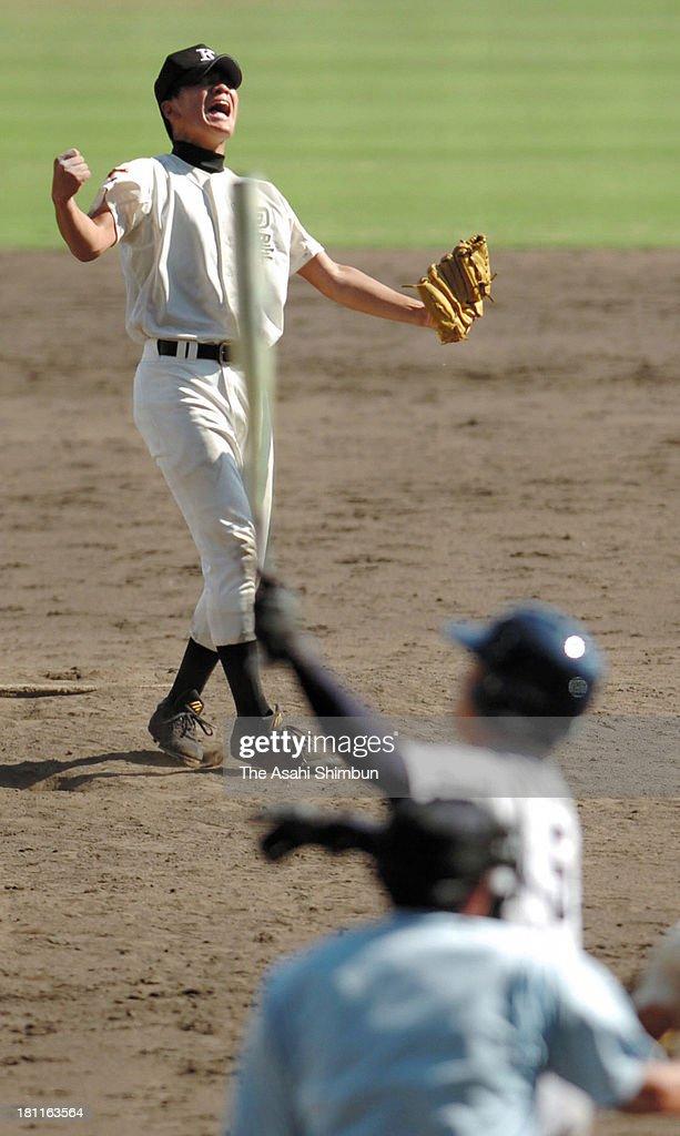 Masahiro Tanaka of Komazawa University Tomakomai High School celebrates winning the 87th National High School Baseball Championship beating Kyoto...