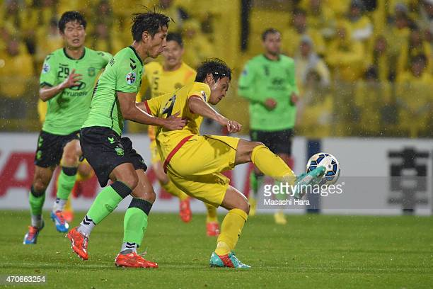 Masato Kudo of Kashiwa Reysol and Cho Sung Hwan of Jeonbuk Hyundai Motors compete for the ball during the AFC Champions League Group E match between...