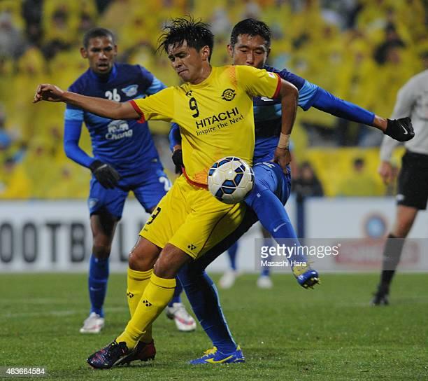 Masato Kudo of Kashiwa Reysol and Korrakot Wiriya Udomsiri of Chonburi FC compete for the ball during the AFC Champions League playoff round match...
