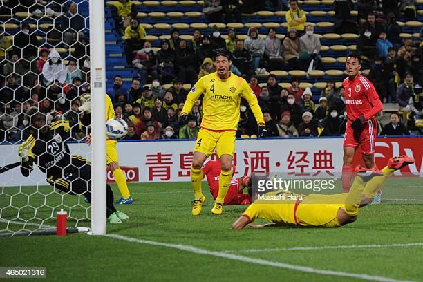 Masato Kudo of Kashiwa Reysol scores the fourth goal during the AFC Champions League Group E match between Kashiwa Reysol and Binh Duong at Hitachi...