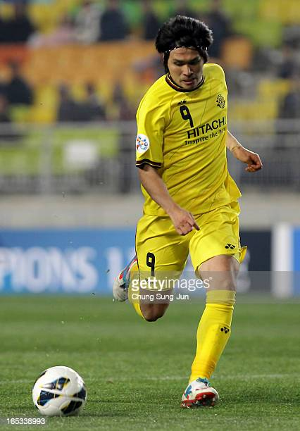 Masato Kudo of Kashiwa Reysol tussles for possession with Hong Chul of Suwon Bluewings during the AFC Champions League Group H match between Suwon...
