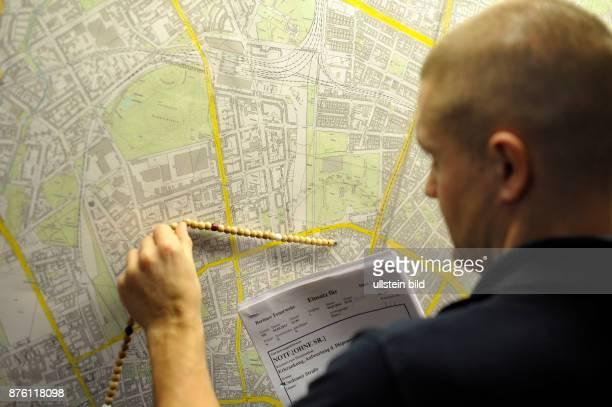 Maschinist der Berliner Feuerwehr übt mit dem Entfernungsmesser Anfahrtswege in seinem Aurückebereich