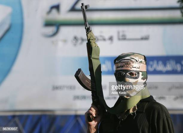 Masked Palestinian gunmen gather outside a polling station for Fatah movement after they closed it November 28 2005 at the Khan younis camp in...