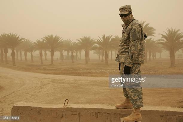 Soldat jaune dans la tempête de sable