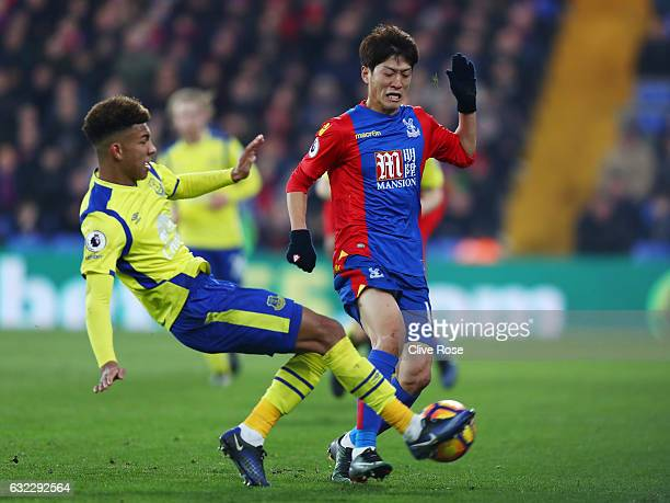 Mason Holgate of Everton tackles Chungyong Lee of Crystal Palace during the Premier League match between Crystal Palace and Everton at Selhurst Park...