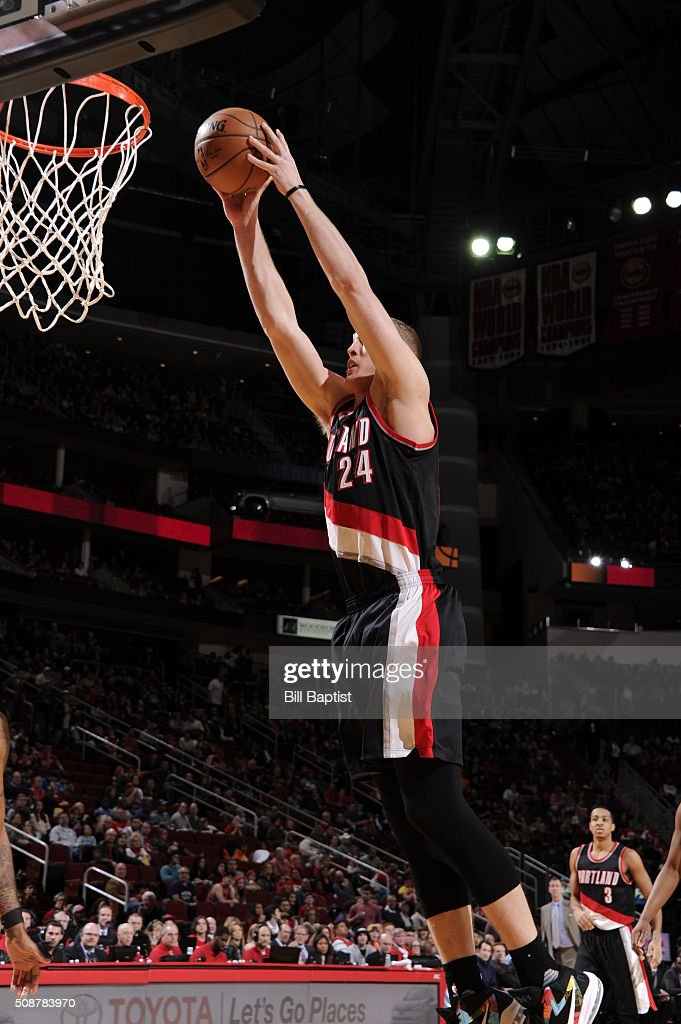 <a gi-track='captionPersonalityLinkClicked' href=/galleries/search?phrase=Mason+Plumlee&family=editorial&specificpeople=5792012 ng-click='$event.stopPropagation()'>Mason Plumlee</a> #24 of the Portland Trail Blazers goes up for a dunk against the Houston Rockets on February 6, 2016 at the Toyota Center in Houston, Texas.