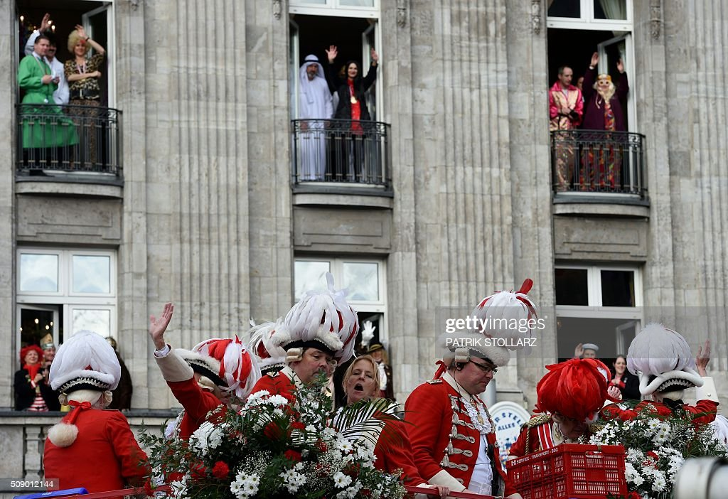 Masquaerade revellers celebrate the traditional Rose Monday carnival in Cologne, western Germany, on February 8, 2016. / AFP / PATRIK STOLLARZ