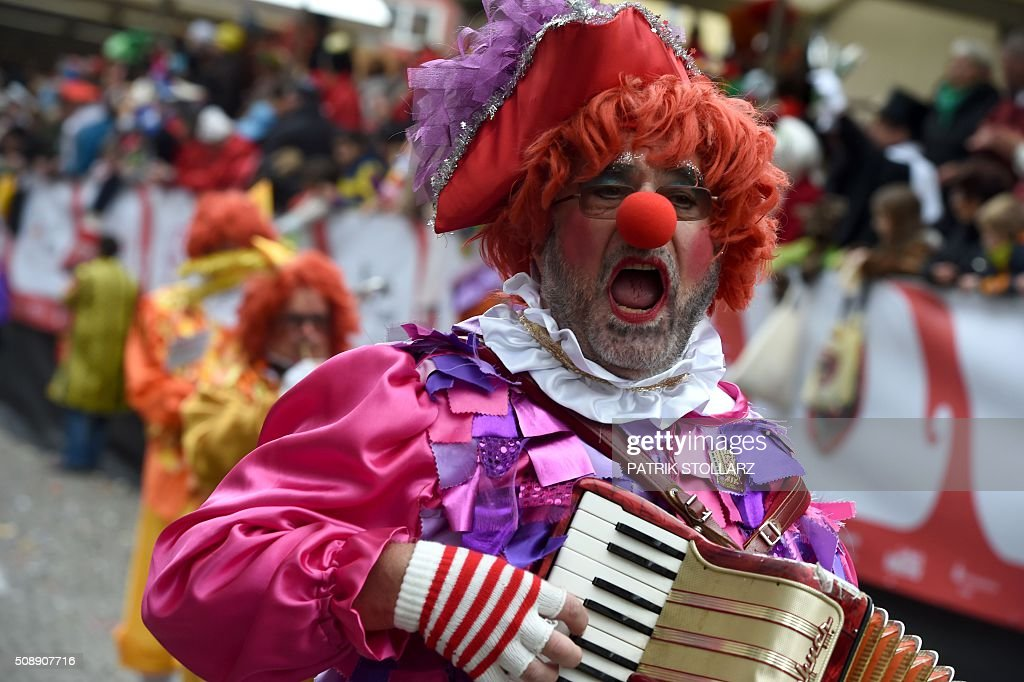 Masqueraded revellers celebrate the carnival sunday during the carnival season, on Feruary 7, 2016 in Cologne, western Germany. Germany's carnival season is underway with increased security in Cologne, a city rocked by a rash of reported sexual assaults blamed on migrants. / AFP / PATRIK STOLLARZ