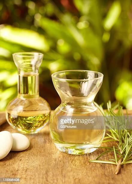 Bouteilles d'huile de Massage au spa avec des pierres de galets