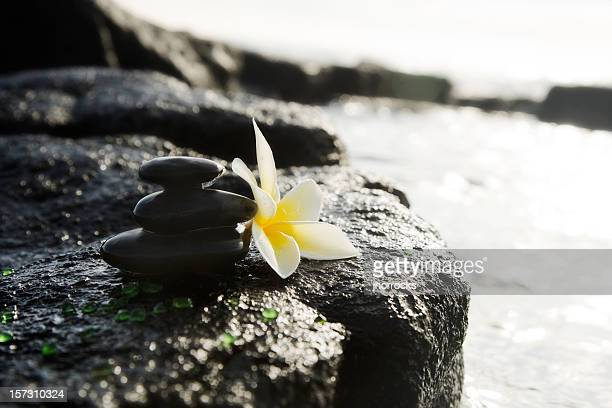 Massage de pierres empilées sur la roche volcanique