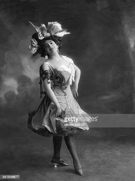 Massary Fritzi*21031882Actress Singer Austria as Berlin stock exchange in the revue 'Donnerwetter tadellos' of Paul Linke at the Metropol theatre...
