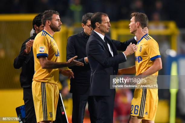 Massimiliano Allegri and Stephan Lichtsteiner during the Serie A match between Atalanta BC and Juventus at Stadio Atleti Azzurri d'Italia on October...