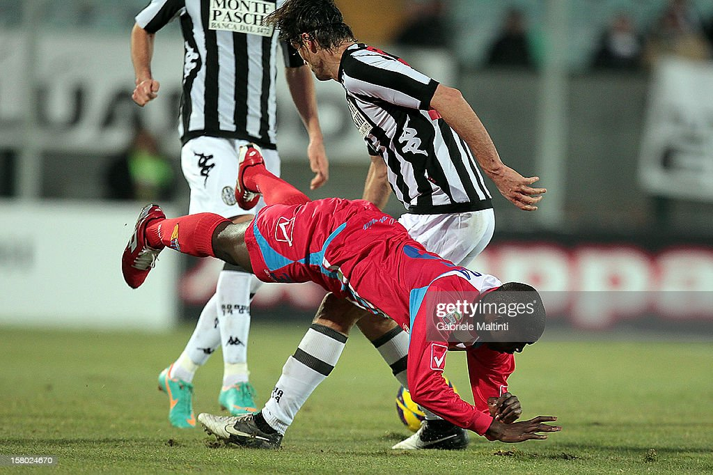 Massimo Paci of AC Siena fights for the ball with Souleymane Doukara (L) of Calcio Catania during the Serie A match between AC Siena and Calcio Catania at Stadio Artemio Franchi on December 9, 2012 in Siena, Italy.