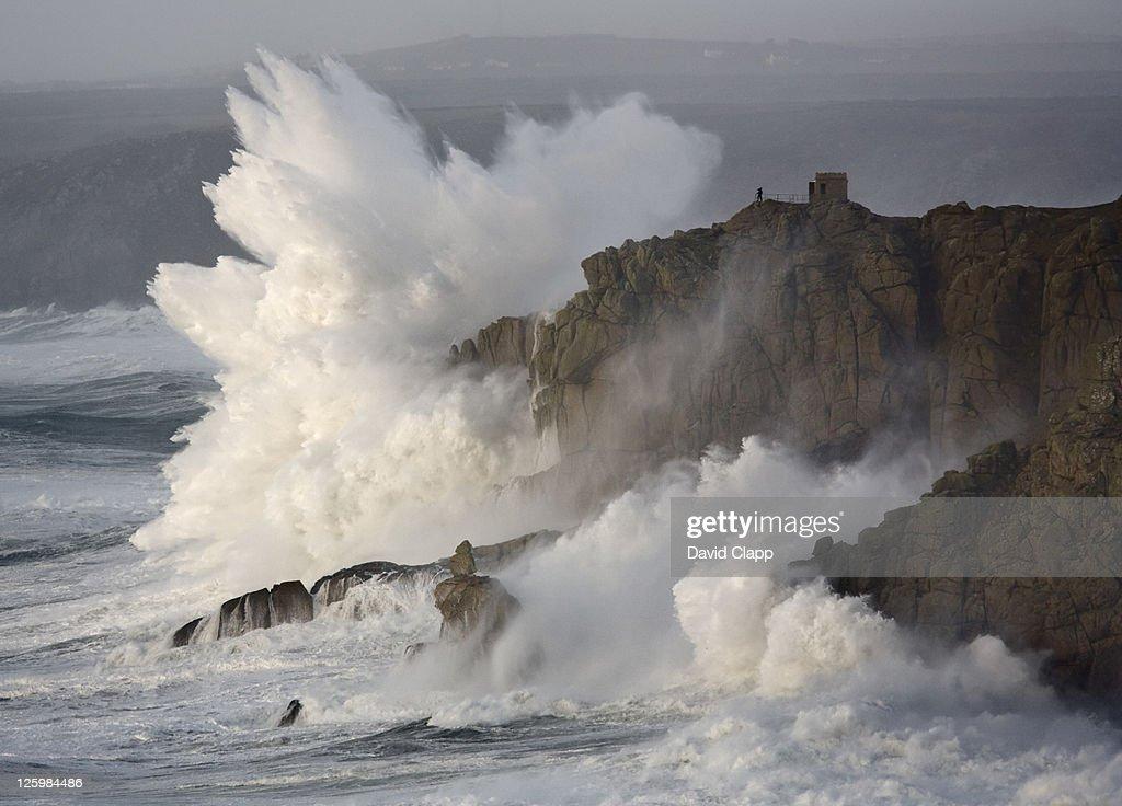 Massive waves breaking on headland, Cornwall, England : Stock Photo