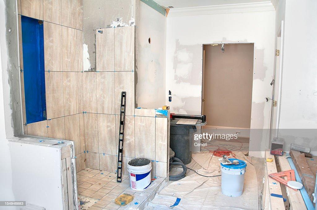 Bagno principale rimodellamento la doccia con piastrelle foto