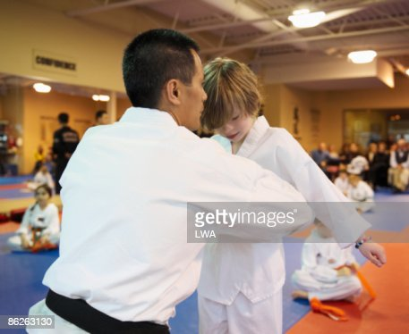 Master Tying Belt On Tae Kwon Do Student : Foto de stock