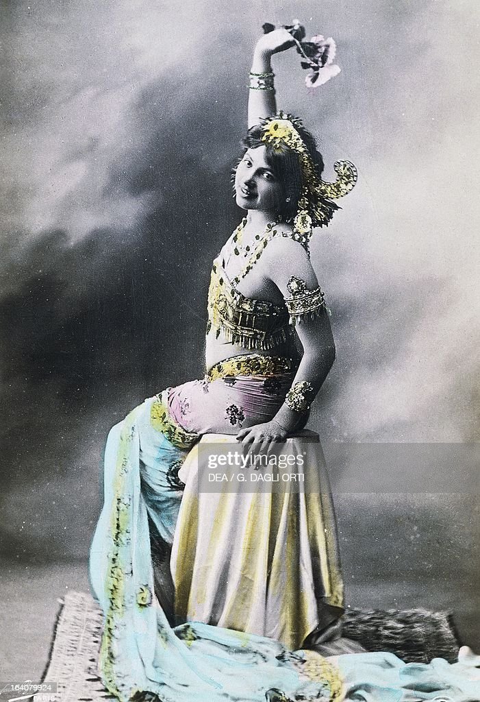 Mata Hari pseudonym of Margaretha Zelle Geertruida Dutch dancer and spy in costume vintage postcard