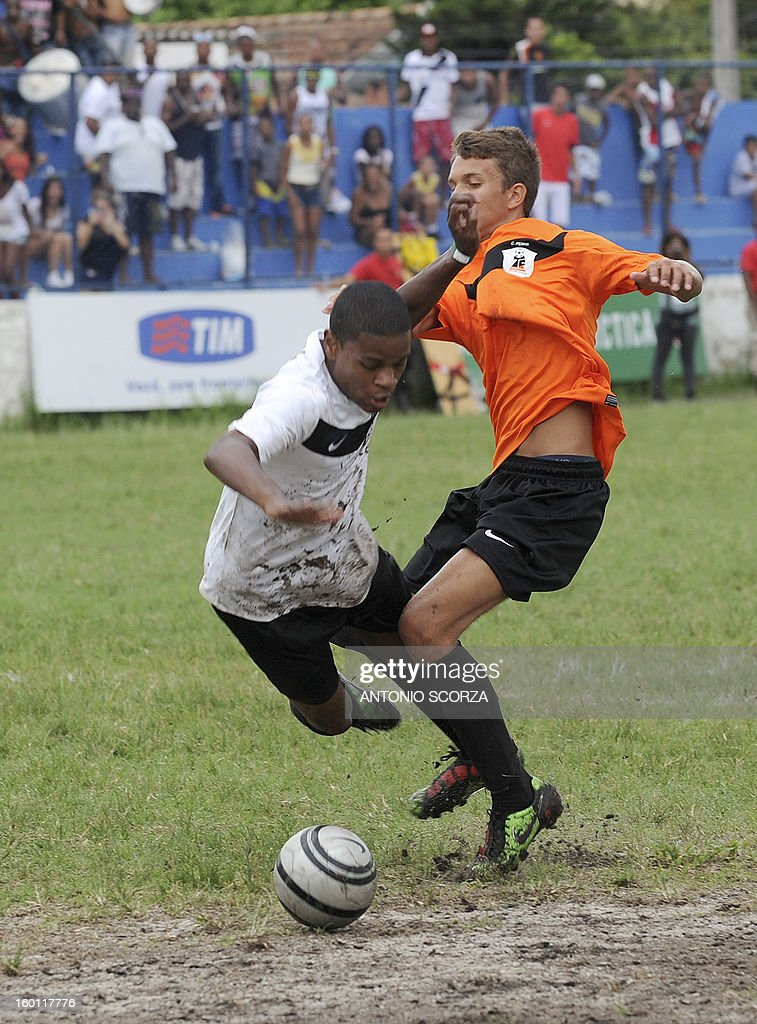 Mata Machado´s Luan Oliveira (L) vies for the ball with Complexo da Penha´s Wesley Cordeiro during their Favelas Football Cup semifinal football match in Bangu, 65 kms from Rio de Janeiro, Brazil, on January 26, 2013. AFP PHOTO/ANTONIO SCORZA
