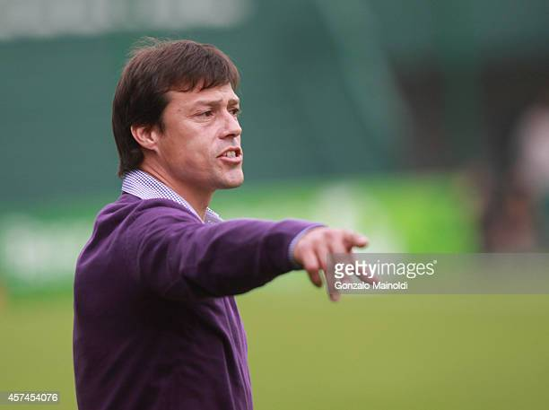 Matías Almeyda coach of Banfield gives instructions to his players during a match between Banfield and Estudiantes as part of round 12 of Torneo de...