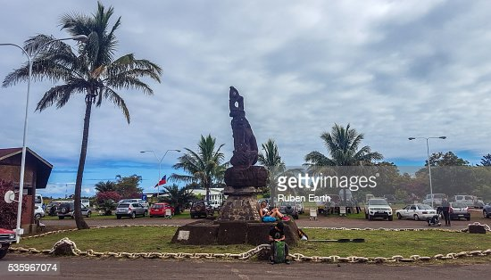 Mataveri airport statue with two tourists : Stock Photo