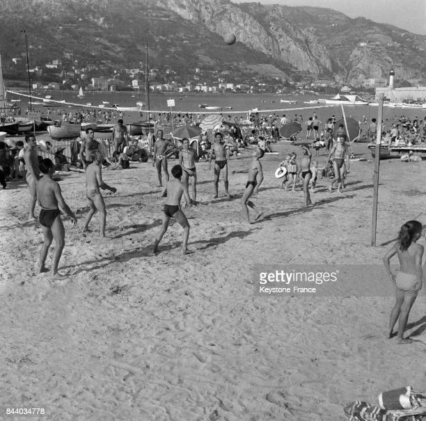 Match de volleyball sur la plage à Menton France en 1956