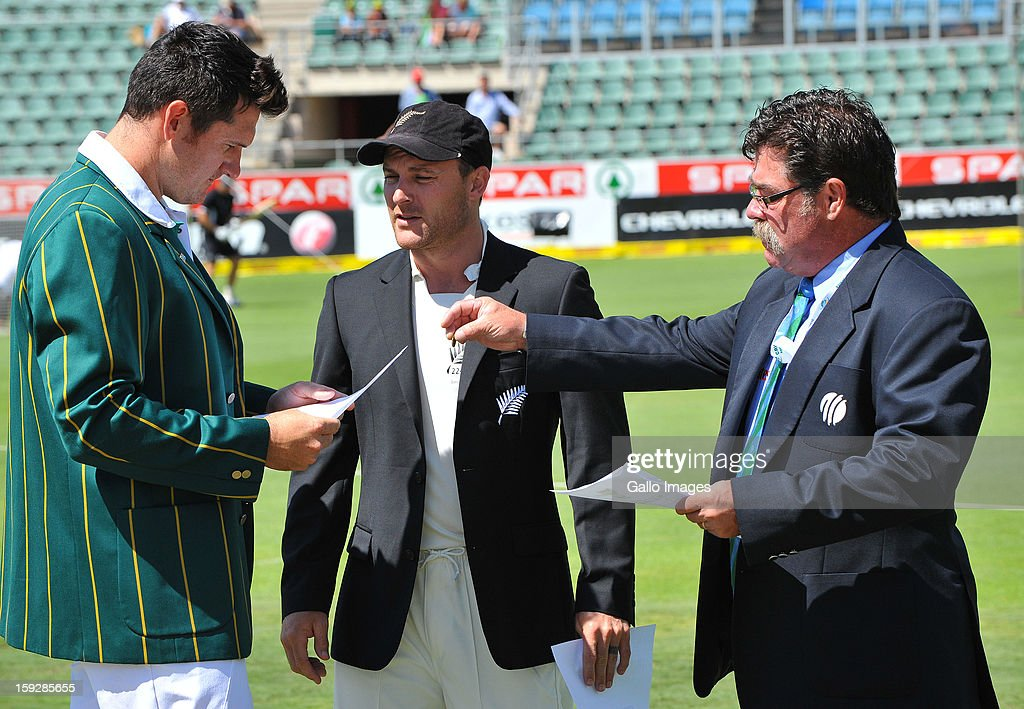 Match referee David Boon hands the coin to <a gi-track='captionPersonalityLinkClicked' href=/galleries/search?phrase=Graeme+Smith+-+Cricketspeler&family=editorial&specificpeople=193816 ng-click='$event.stopPropagation()'>Graeme Smith</a> of South Africa with <a gi-track='captionPersonalityLinkClicked' href=/galleries/search?phrase=Brendon+McCullum&family=editorial&specificpeople=208154 ng-click='$event.stopPropagation()'>Brendon McCullum</a> of New Zealand looking on during day one of the second test match between South Africa and New Zealand at Axxess St Georges on January 11, 2013 in Port Elizabeth, South Africa.