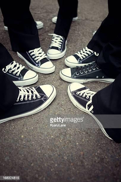 Comparando sapatos de ténis de amizade