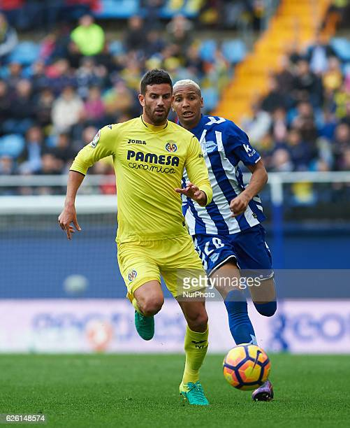 Mateo Musacchio of Villarreal CF and Deyverson of Deportivo Alaves during the La Liga match between Villarreal CF vs Deportivo Alaves at Estadio El...
