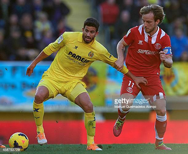 Mateo Musacchio of Villarreal competes for the ball with Ivan Rakitic of Sevilla during the La Liga match between Villarreal CF and Sevilla FC at El...