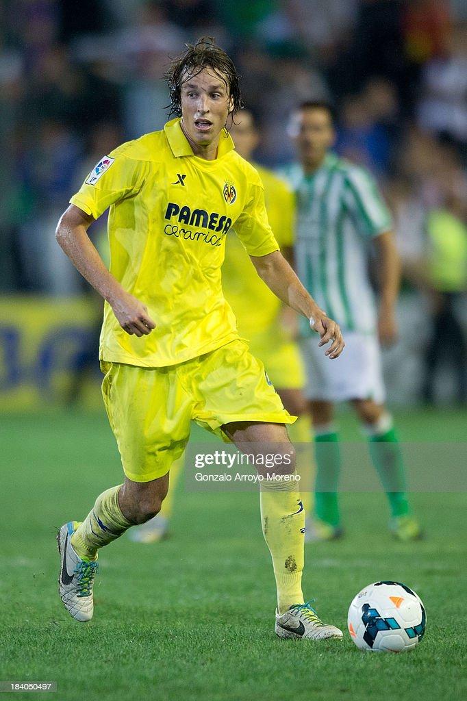Mateo Pablo Musacchio of Villarreal CF controls the ball during the La Liga match between Real Betis Balompie and Villarreal CF at Estadio Benito Villamarin on September 29, 2013 in Seville, Spain.