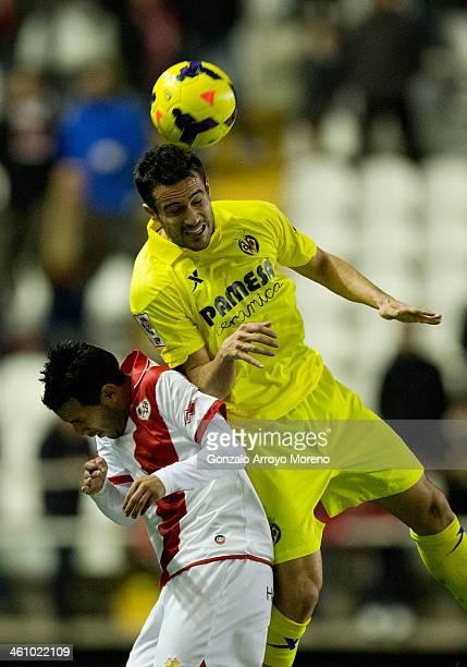 Mateo Pablo Musacchio of Villarreal CF wins the header against Jonathan Viera of Rayo Vallecano de Madrid during the La Liga match between Rayo...